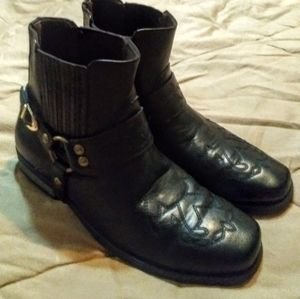 MEN'S SZ 9 HARNESS ANKLE BOOT